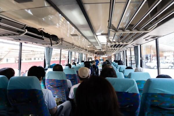 上高地のシャトルバス車内